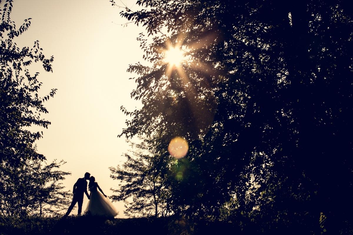 siluete miri sarutandu-se cu soarele in spate