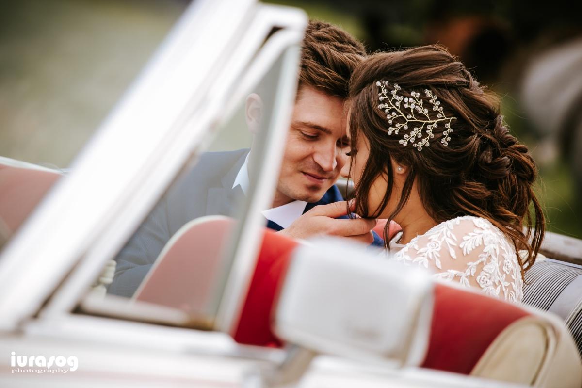 fotografie de nunta Craiova miri si masina Cadillac