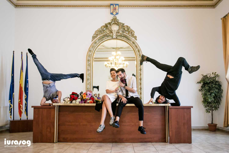 Iulia si Andrei cununie civila poza breakdance