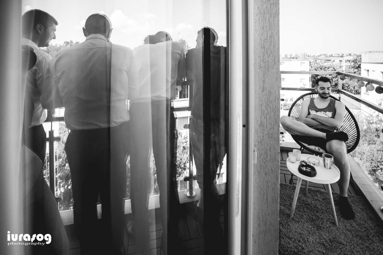 Iulia si Andrei mire pe balcon cu baietii