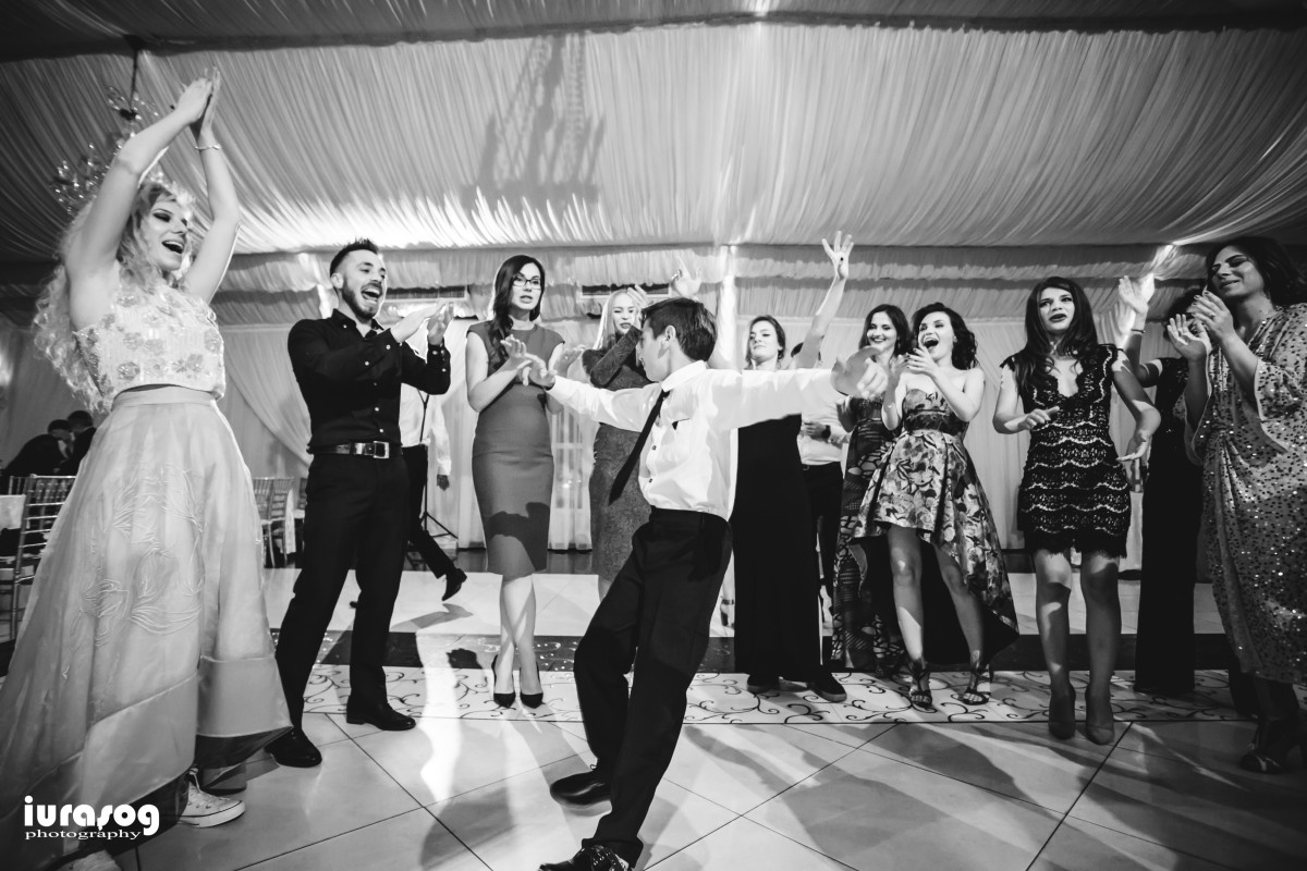 baiat care danseaza
