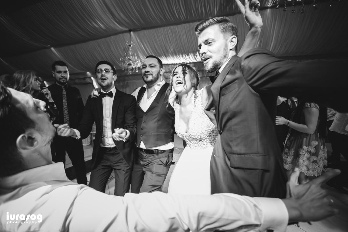 nunta Adelina si Stefan mireasa cu baietii dansand